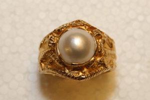 Guldring med odlad pärla.