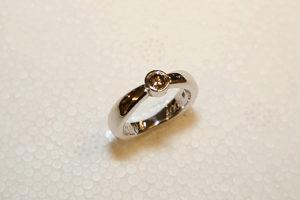 Förlovningsring i Vitguld med färgad Diamant