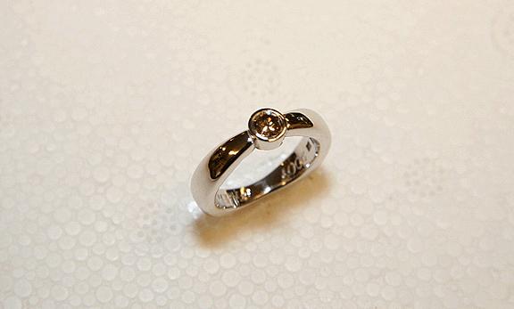 Förlovningsring i Vitguld med färgad Diamant i Uppsala