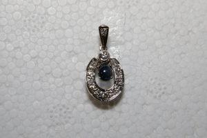 Vitguldshänge med brilljanter och blå safir.