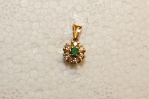 Guldhänge med brilljanter och smaragd.