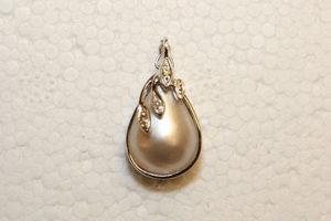 Vitguldshänge med droppformad pärla och brilljanter.
